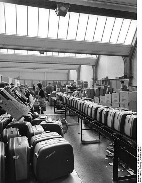 Confezionamento di fonovaligie a bobina nella fabbrica di Bayreuth (1959)